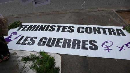 Pancarta de Dones X Dones: Feministes contra les guerres. Foto: liaplou