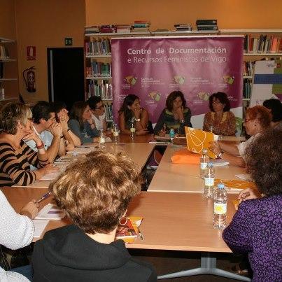 la Maria consultant les actes del centre documentació de Ca la Dona, a la trobada centres a Vigo