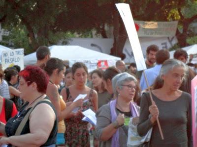 consol casals, portant cartell,la primera per la dreta